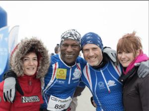 deux coureurs et deux coureuses témoignant de la course