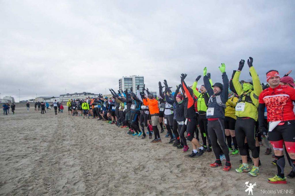 les participants sur la ligne de départ de la course du trail des 2 baies