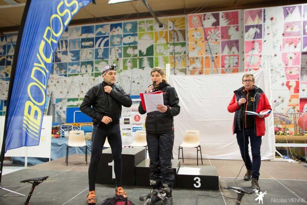 annonce des résultats sur le podium par Karine Baillet